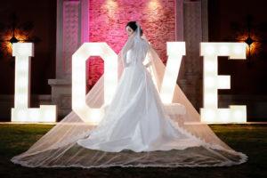 vestido de novia, letrero love, fotografia de boda, novia luciendo hermoso vestido