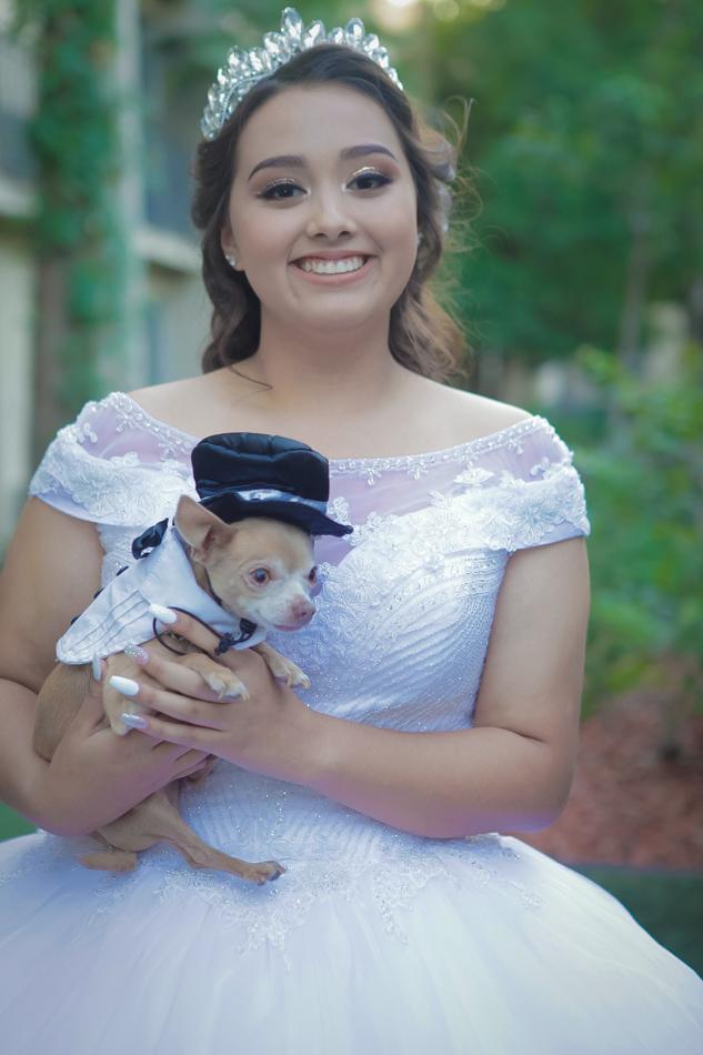 quinceañera con su perrito