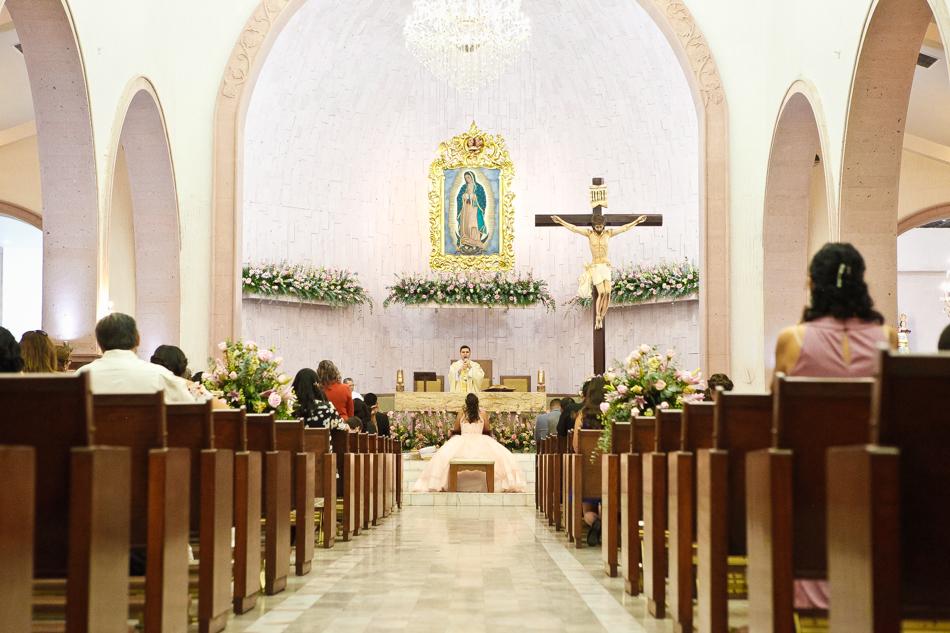 Quinceañera en el altar