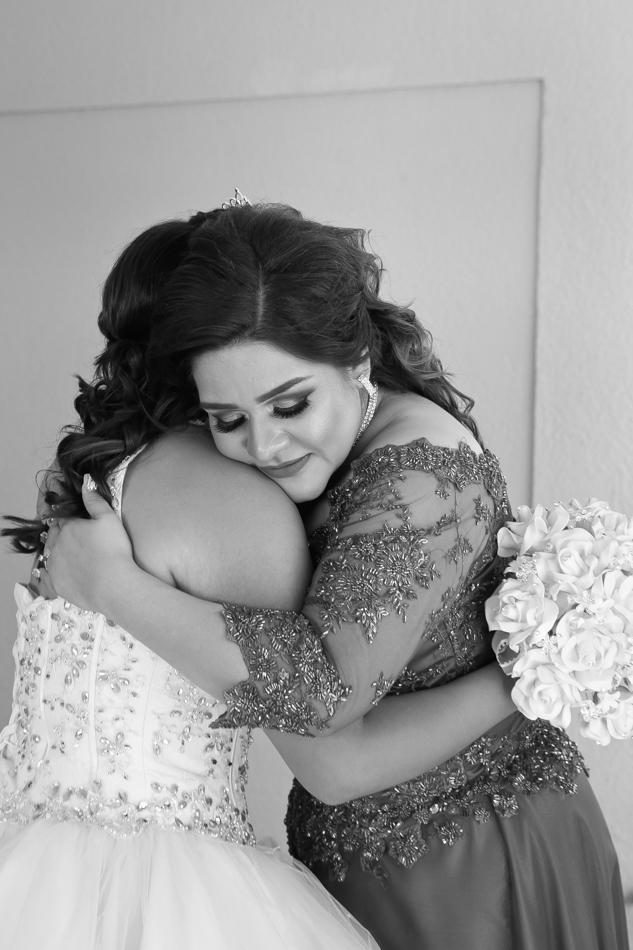 mamá dandole un abrazo a su hija
