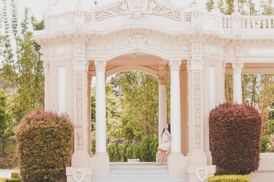 Quinceañera posando en hermoso palacio