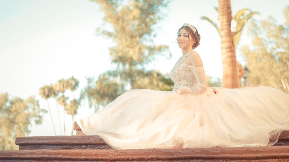 quinceañera posando sentada con su vestido