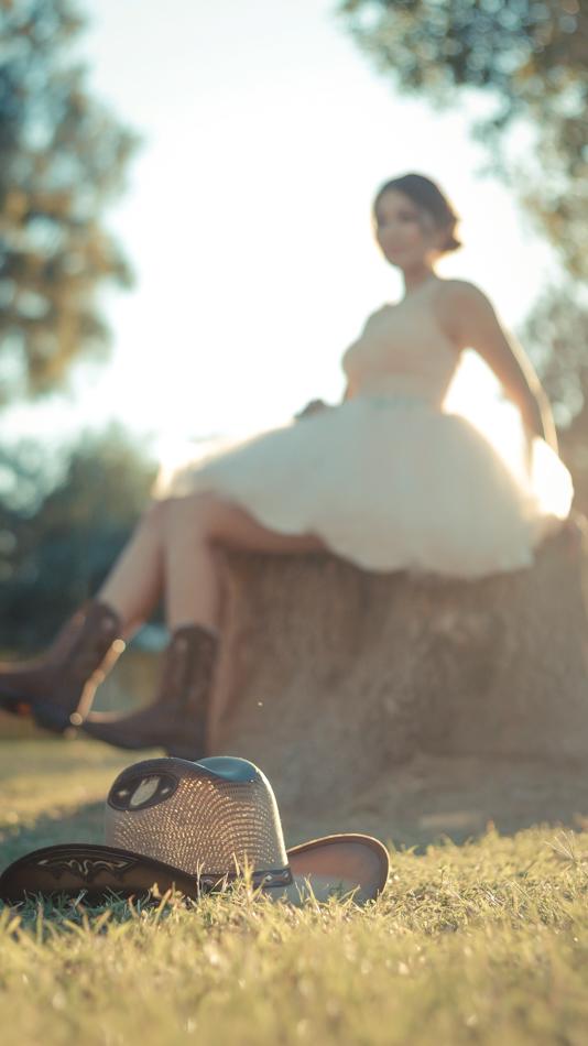 Quinceañera con sombrero y botas